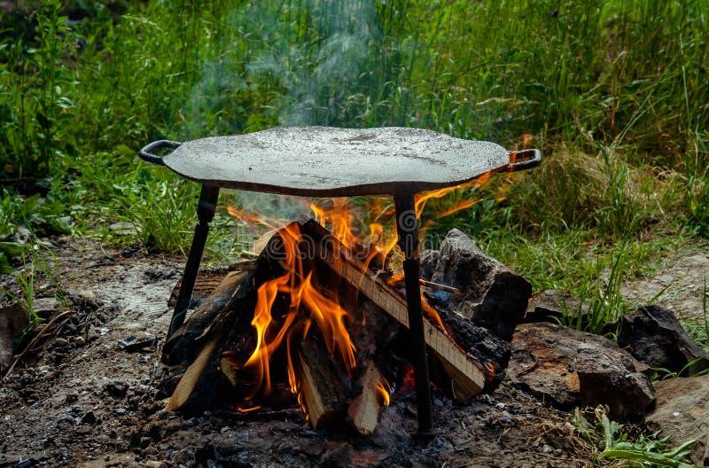 Metallscheibe für Lebensmittel draußen kochen lizenzfreie stockbilder