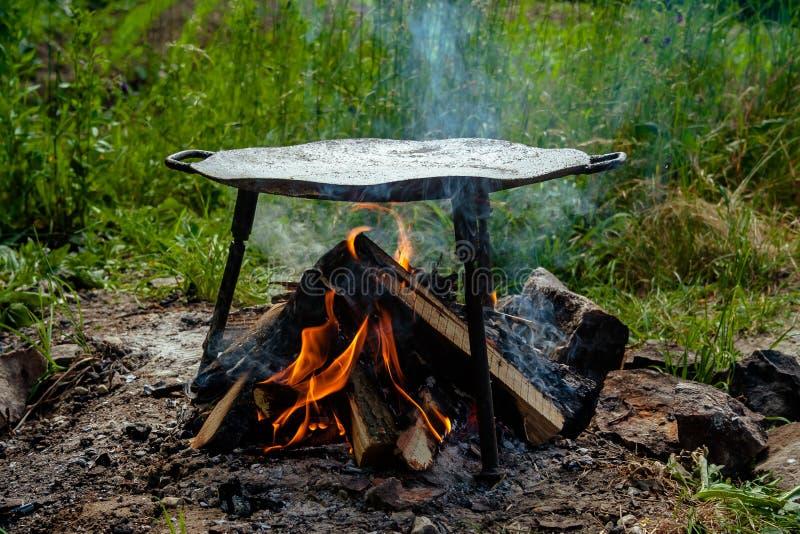 Metallscheibe für Lebensmittel draußen kochen lizenzfreie stockfotografie