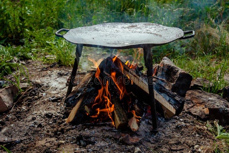 Metallscheibe für Lebensmittel draußen kochen lizenzfreies stockbild