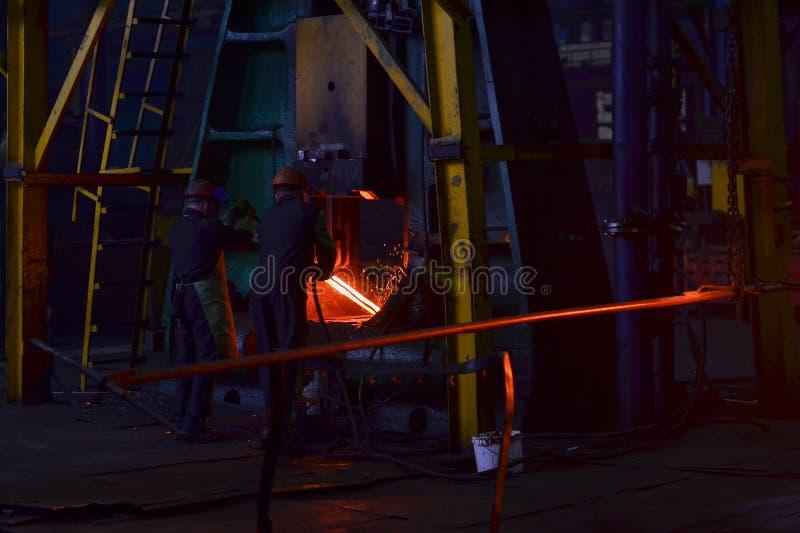 Metallschmieden, Geschäft schmiedend Hydraulischer Hammer formt das glühende Billet lizenzfreies stockfoto