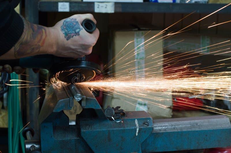 Metallschneidend durch Schleifer stockbild
