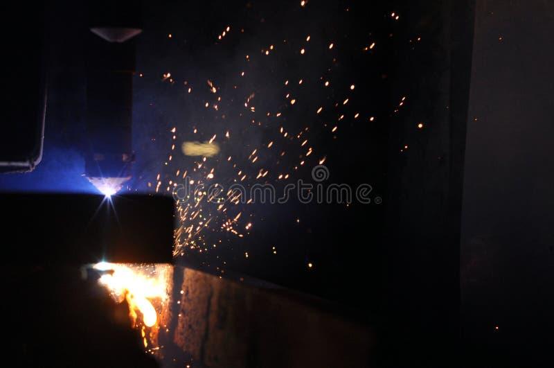 Metallschneidender Prozess mit Plasmaschneidenmaschine stockfoto