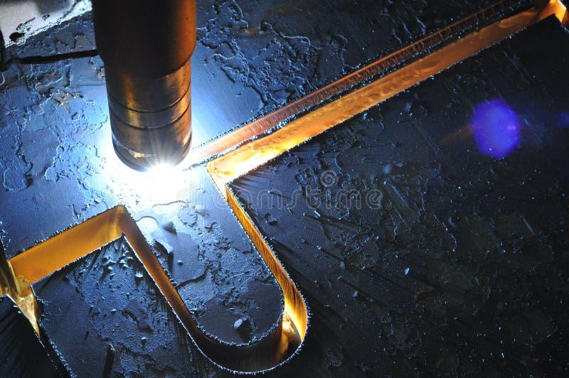 Metallschneidender Prozess mit Plasmaschneidenmaschine stockfotografie