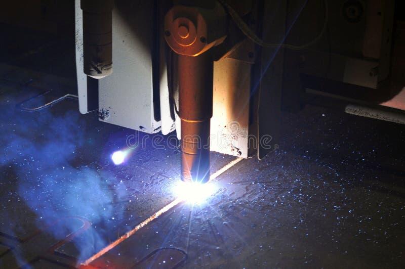 Metallschneidender Prozess mit Plasmaschneidenmaschine stockbilder