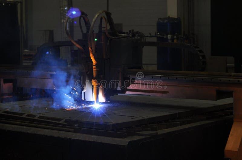Metallschneidender Prozess mit Plasmaschneidenmaschine stockfotos