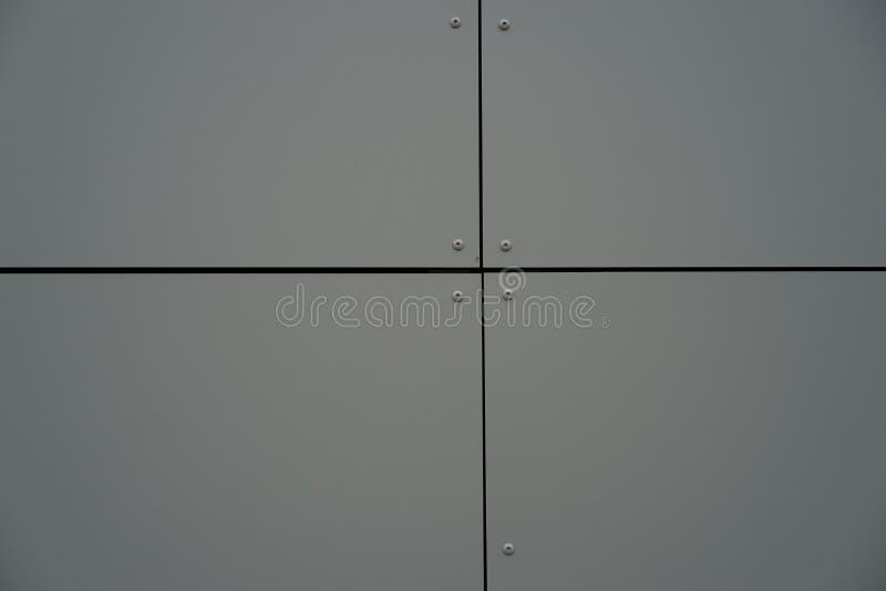 Metallsiding på en byggnadsgrå färgfärg royaltyfria foton
