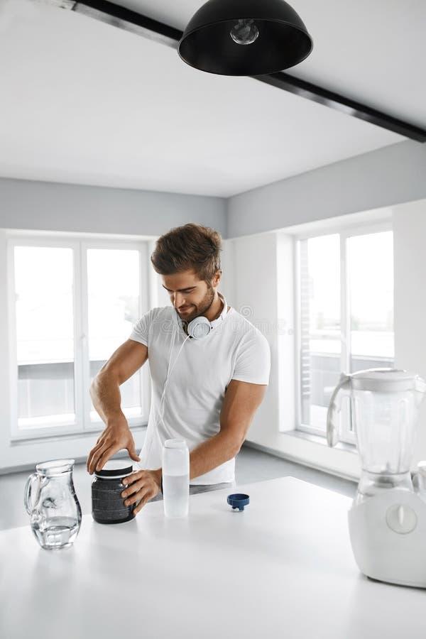 metallskivstånger med rött sugrör Mannen förbereder skakasportdrinken supplements arkivfoton