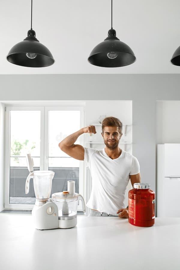 metallskivstånger med rött sugrör Sund man med bodybuildingtillägg fotografering för bildbyråer