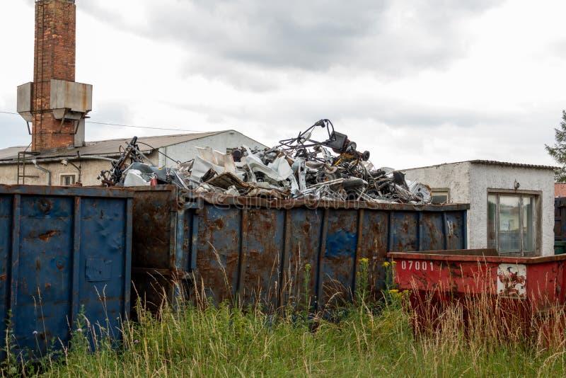 Metallskrot lokaliseras i stor behållare fotografering för bildbyråer