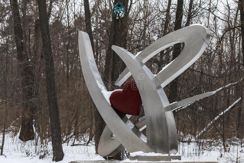 Metallskulptur im Winterholz lizenzfreie stockfotos