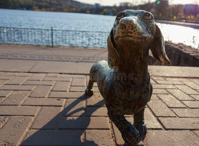 Metallskulpturen av hunden arkivfoto