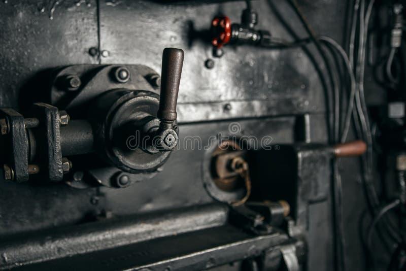 Metallspakmekanism med ett trähandtag i kabinen av lokomotivet, industriell bakgrund fotografering för bildbyråer