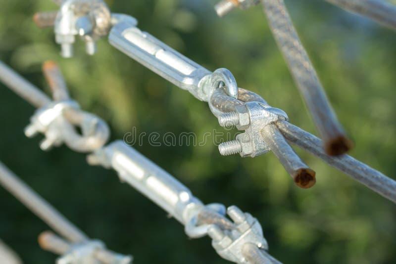 Metallspannvorrichtungsbefestigen der Trosse mit Stahlstange lizenzfreies stockbild