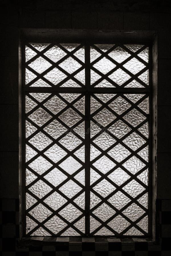 Metallstänger över exponeringsglasfönster arkivbild