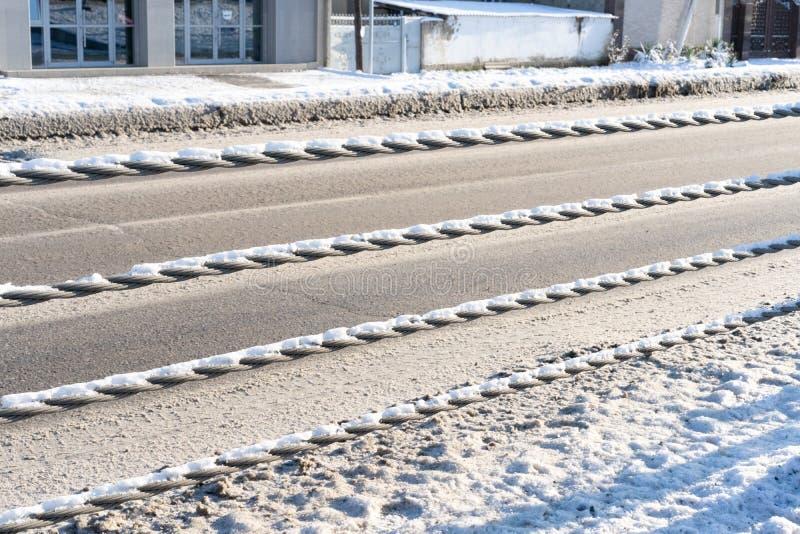 Metallstängsel mellan vägar med trafik i olika riktningar arkivbild