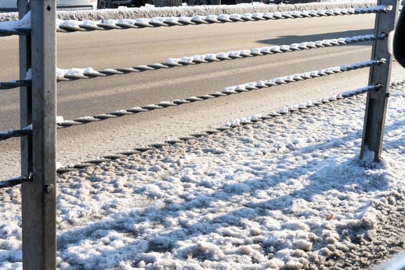 Metallstängsel mellan vägar med trafik i olika riktningar arkivfoton