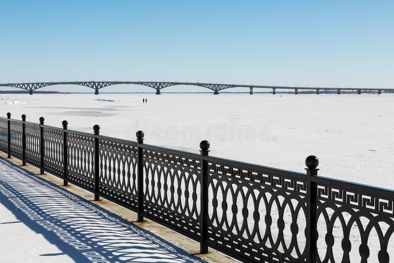 Metallstaketet på stranden övervintrar trees för snow för sky för lies för frost för mörk dag för bluefilialer Vägbro mellan städ royaltyfria foton