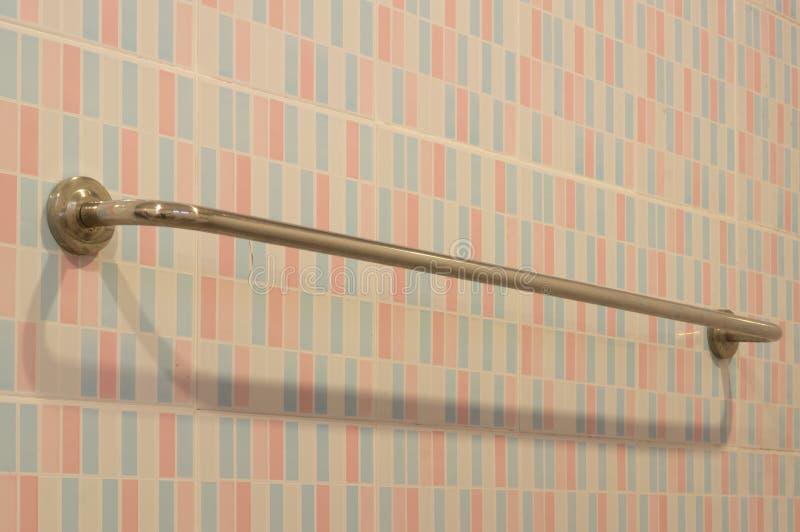 Metallstange geregelt auf der schönen Wand in der Toilette stockfotos