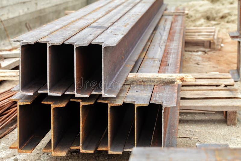 Metallstrållögn på en träpalett arkivfoton