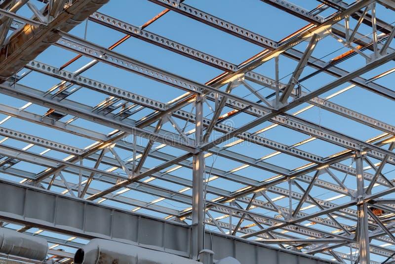 Metallstrahlen der Spitze des unfertigen Stahlbaus vom Gebäude im Bau lizenzfreies stockfoto