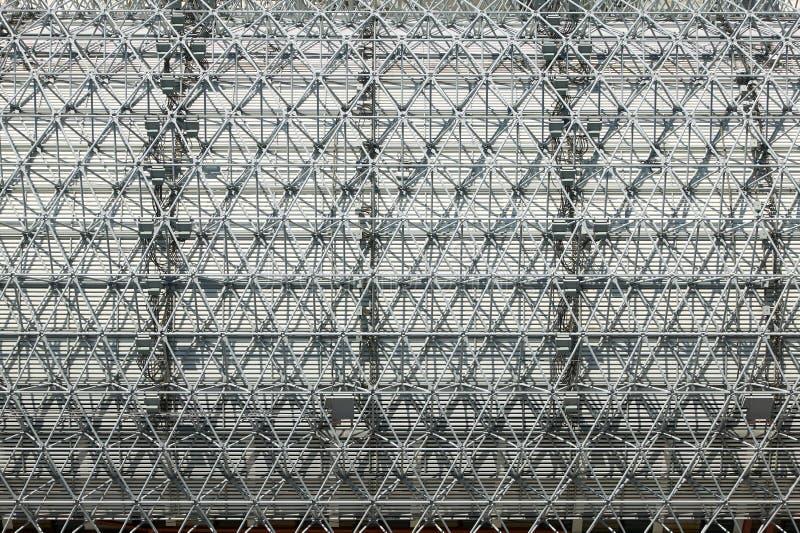 Metallstruktur med raster som modell utomhus arkivfoto