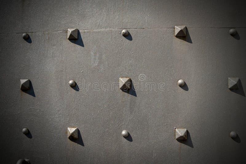Metalltür mit Pyramidenbolzen - Hintergrund lizenzfreie stockfotos