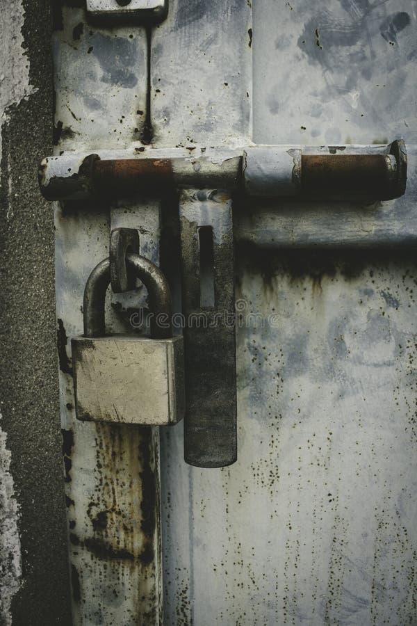Metalltür mit Verschluss in der grungy Art stockbild