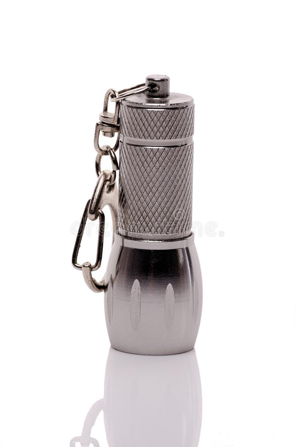 Metalltaschen-Taschenlampe keychain mit der Kette lokalisiert auf weißem Hintergrund lizenzfreies stockfoto