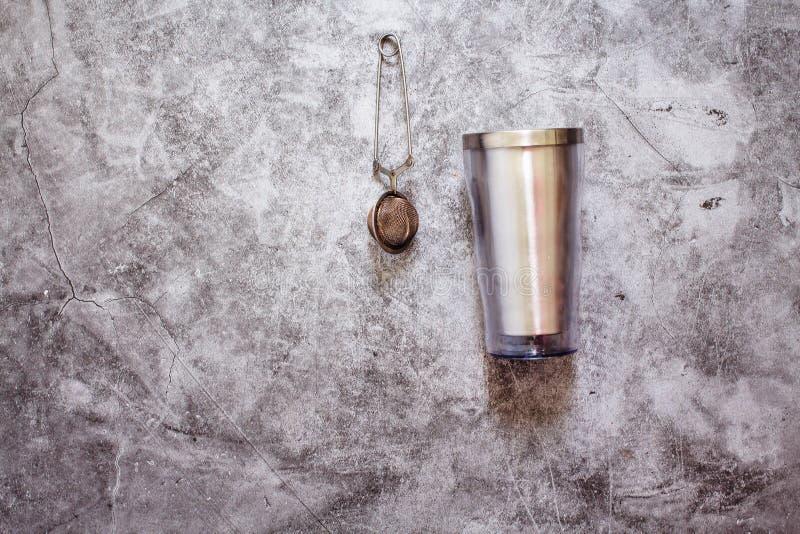 Metalltermos- och teinfuser Plast- fritt kök Eco för vänlig nollavfalls på grå bakgrund hållbar livsstil för begrepp eller royaltyfri bild