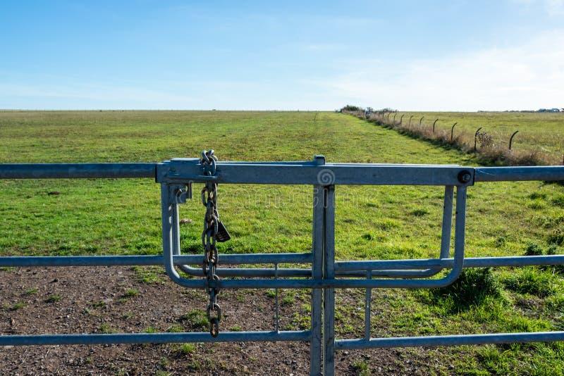 Metalltor zum riesigen Grasland lizenzfreie stockbilder
