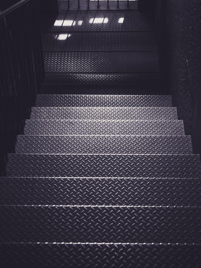 Metalltrappan kliver bakgrund för arkitekturdetaljbransch royaltyfri fotografi