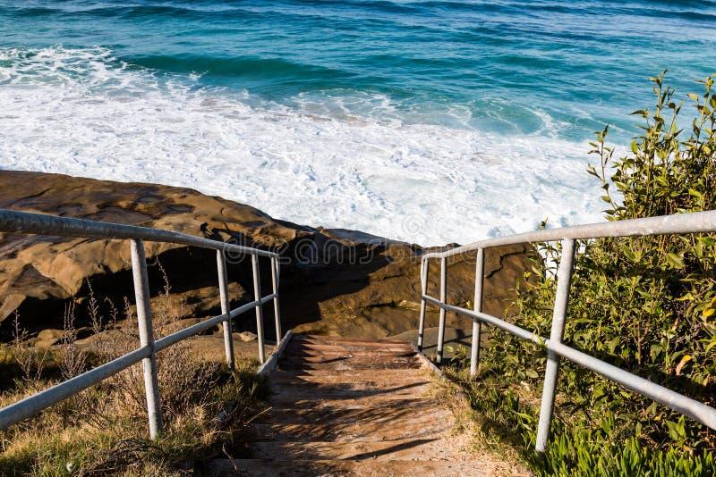 Metalltrappuppgång till den Windansea stranden arkivfoton