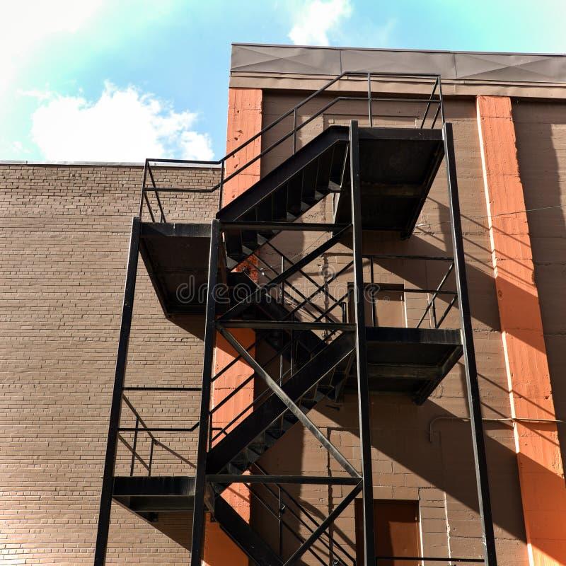 Metalltreppenhaus auf Äußerem des Gebäudes lizenzfreie stockbilder