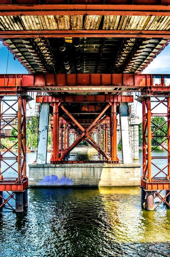 Metallunterstützungen der Fischenbrücke über dem Fluss Dnieper Kiew, Ukraine stockfotografie