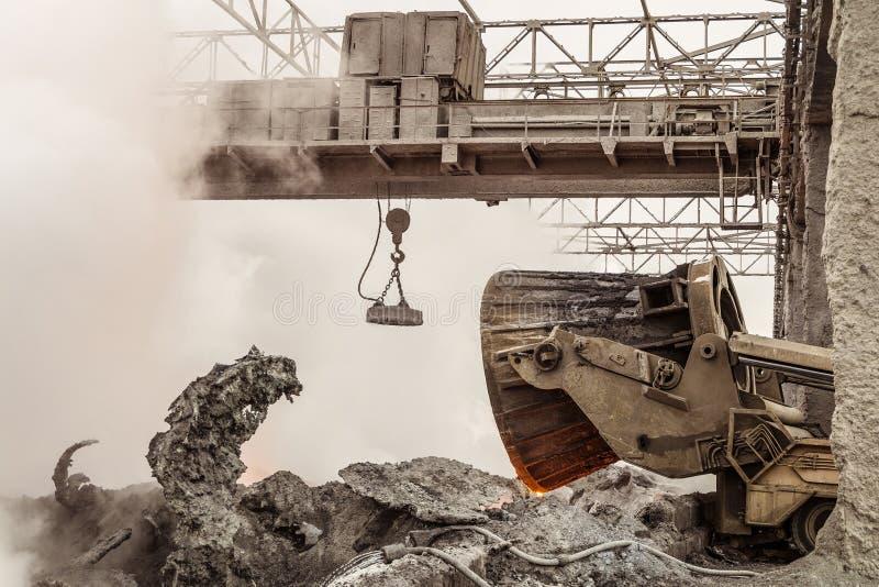 Metallurgical bransch för förlorad ledning Avlastning av varm slagg vid lastbilbiltransporten arkivfoto