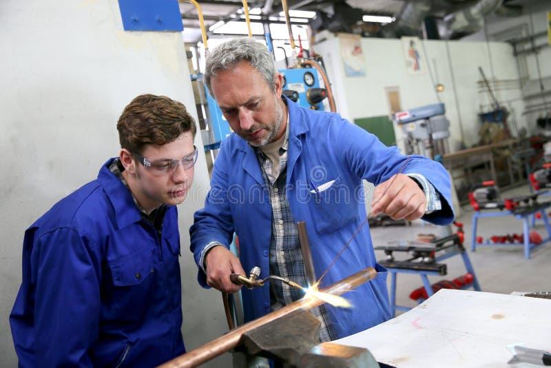 Metallurgical tekniker för lärarevisninglärling arkivbild
