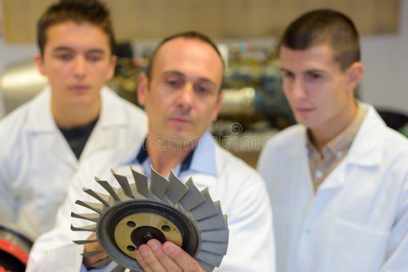 Metallurgical teknikerer med bladet royaltyfri fotografi
