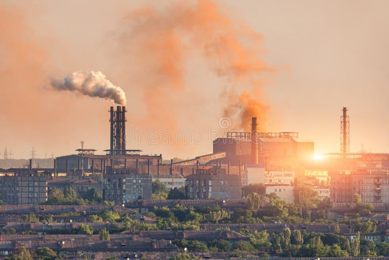 Metallurgieanlage bei Sonnenuntergang Stahlwerk Schwerindustriefabrik stockfotografie