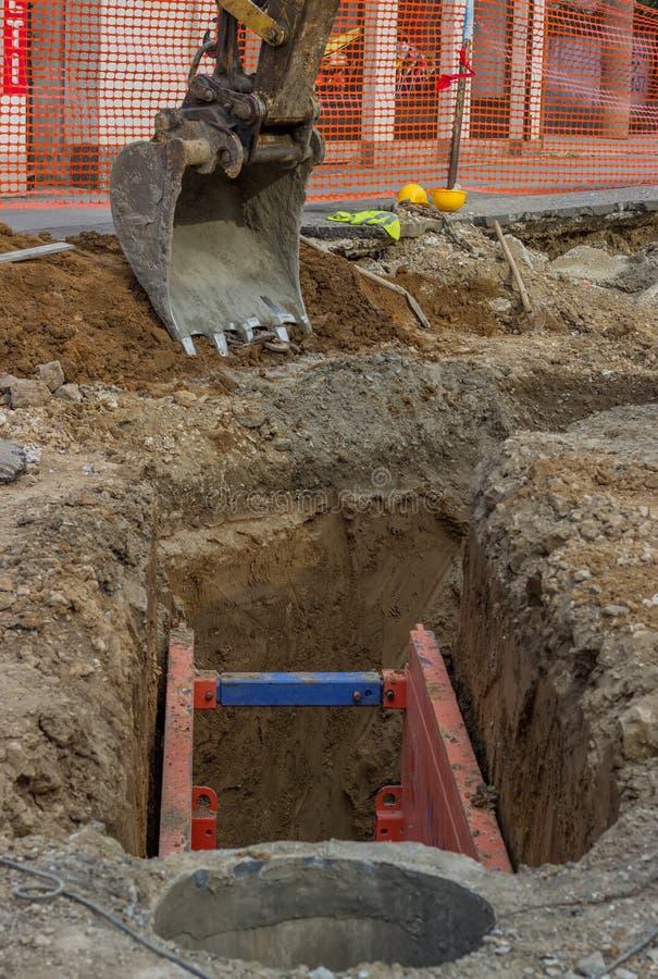 Metallutgrävning som stöttar 2 royaltyfria foton