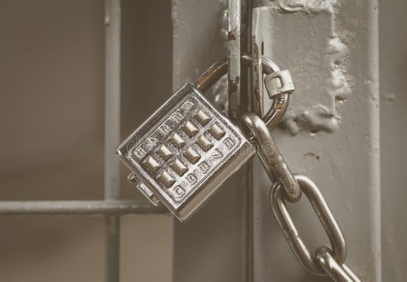Metallvorhängeschloss- und -stifttastatur mit Zahlen lizenzfreies stockfoto