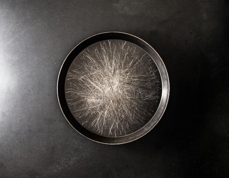 Metallwanne im dunklen Hintergrund stockfoto