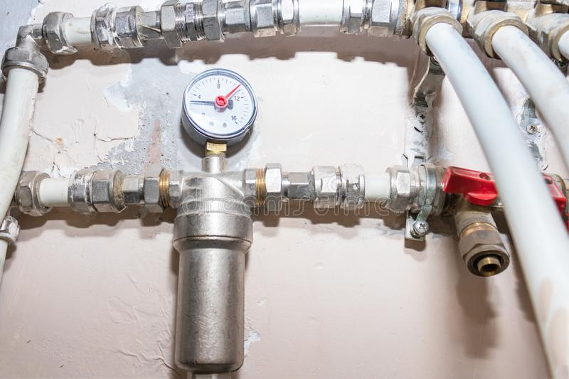 Metallwasserleitungen, Wasserversorgung im Haus mit Filter, manomether, Hähne und Verteilungsinstallationen stockfotos
