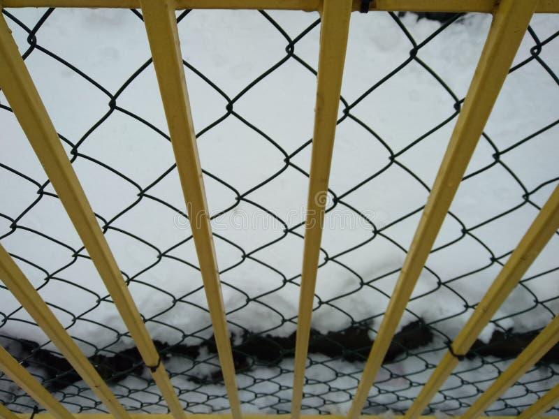 Metallzaun mit Schnee stockfotografie