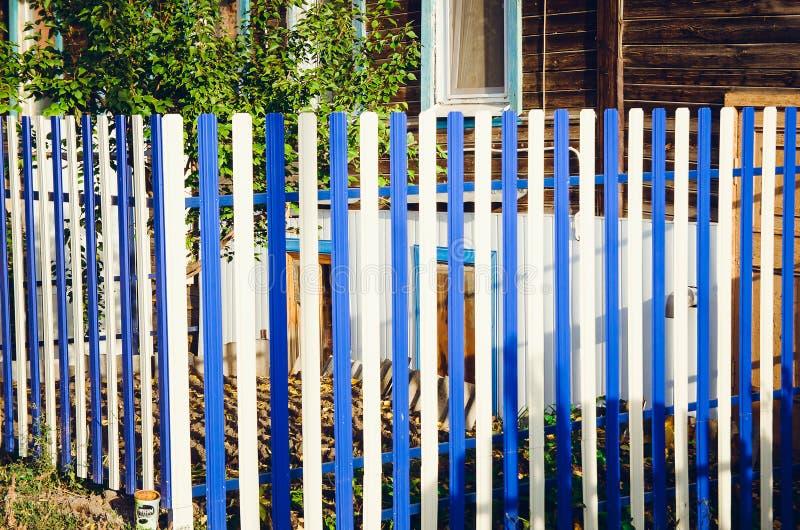 Metallzaun von weißen und blauen Latten lizenzfreies stockbild
