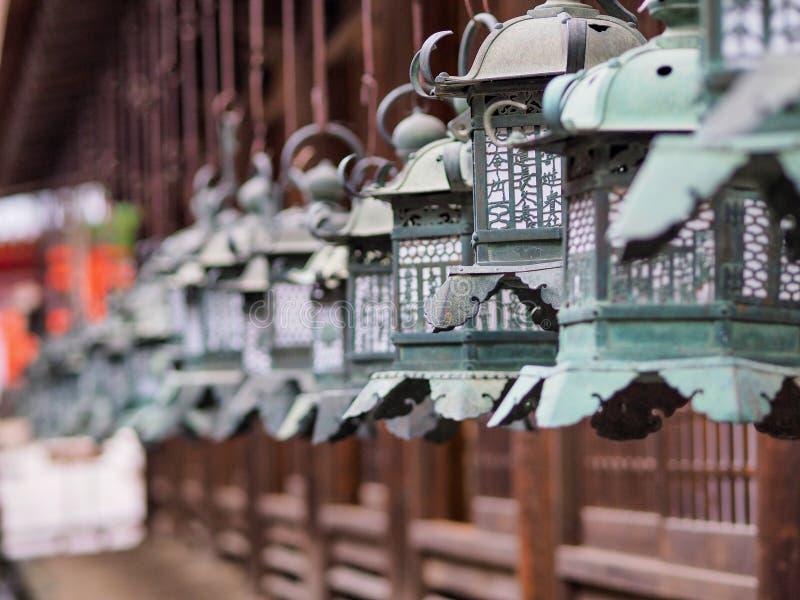 Metals las linternas en el templo de Nara fotografía de archivo