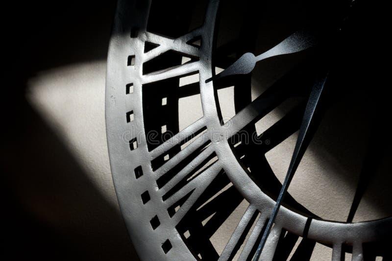 Metalu ścienny zegar grabijący światłem słonecznym obrazy royalty free