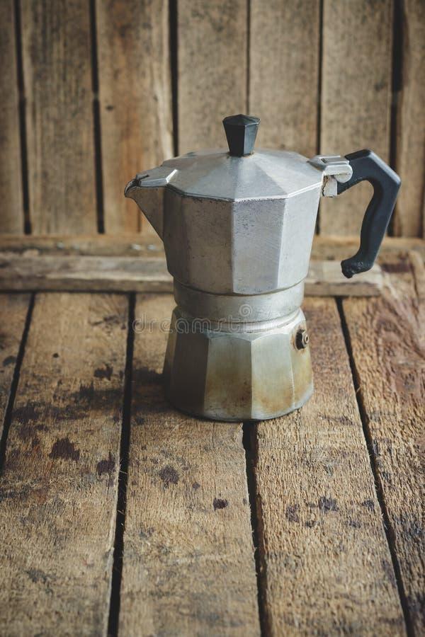Metalu coffeepot na drewnianym stole obraz stock