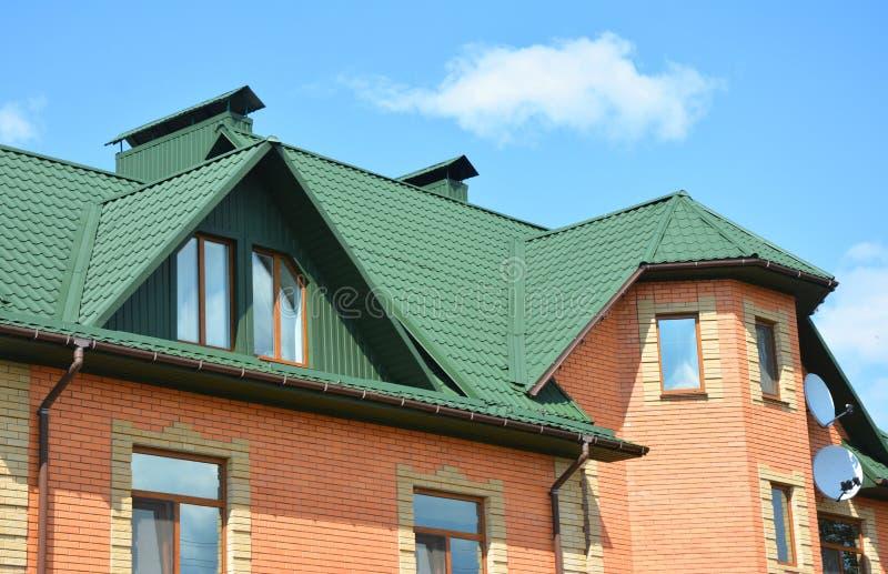 Metalu dachu domu budowa z attykiem, podeszczową rynną i zadaszać problemowego teren, obraz royalty free