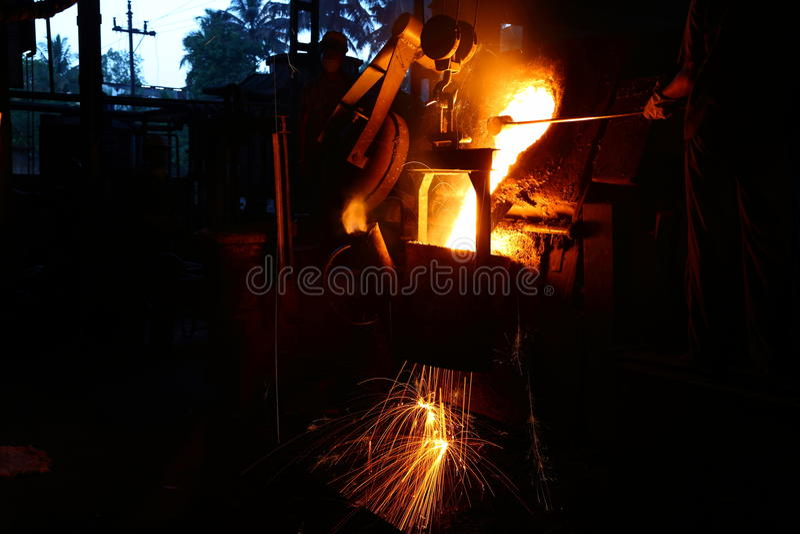 Metalu dolewania pracownik obrazy stock