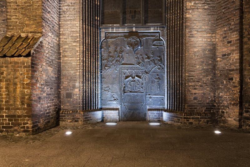 Metalu drzwi średniowieczny kościół obraz royalty free